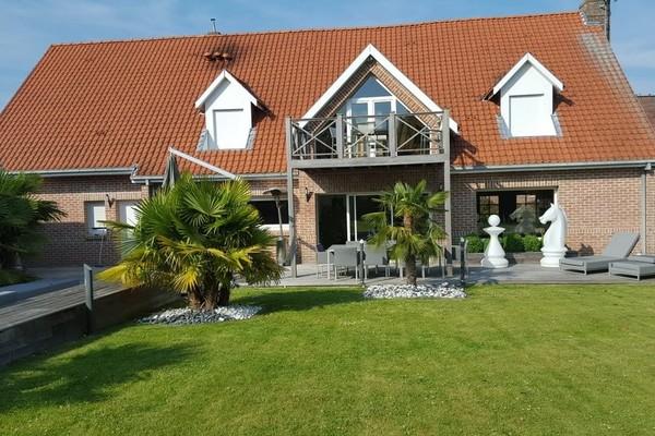 Villa d'Architecte à BERSEE de 390 m² avec piscine intérieure
